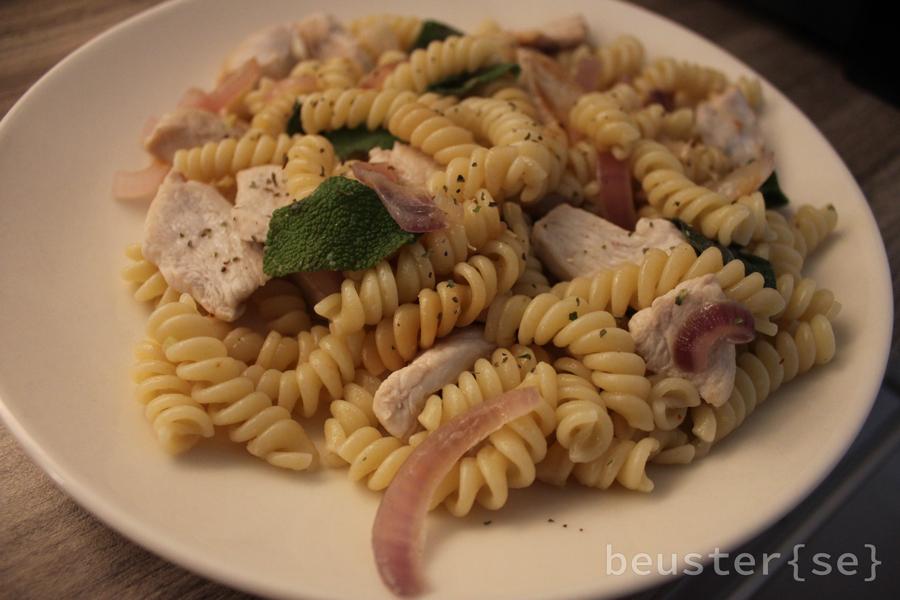 Fertiges Zwiebel Salbei Hähnchen mit Nudeln